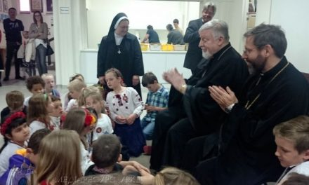 Patriarch Sviatoslav speaks with the youth of Melbourne